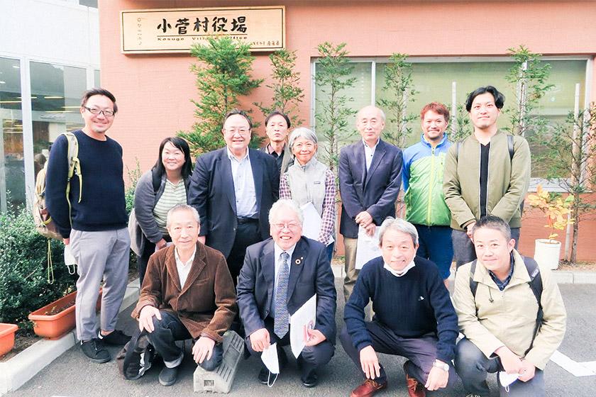 小菅村の船木村長(中央下)と東京マウンテンメンバー